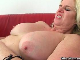British milf Tori loves her easy access pantyhose